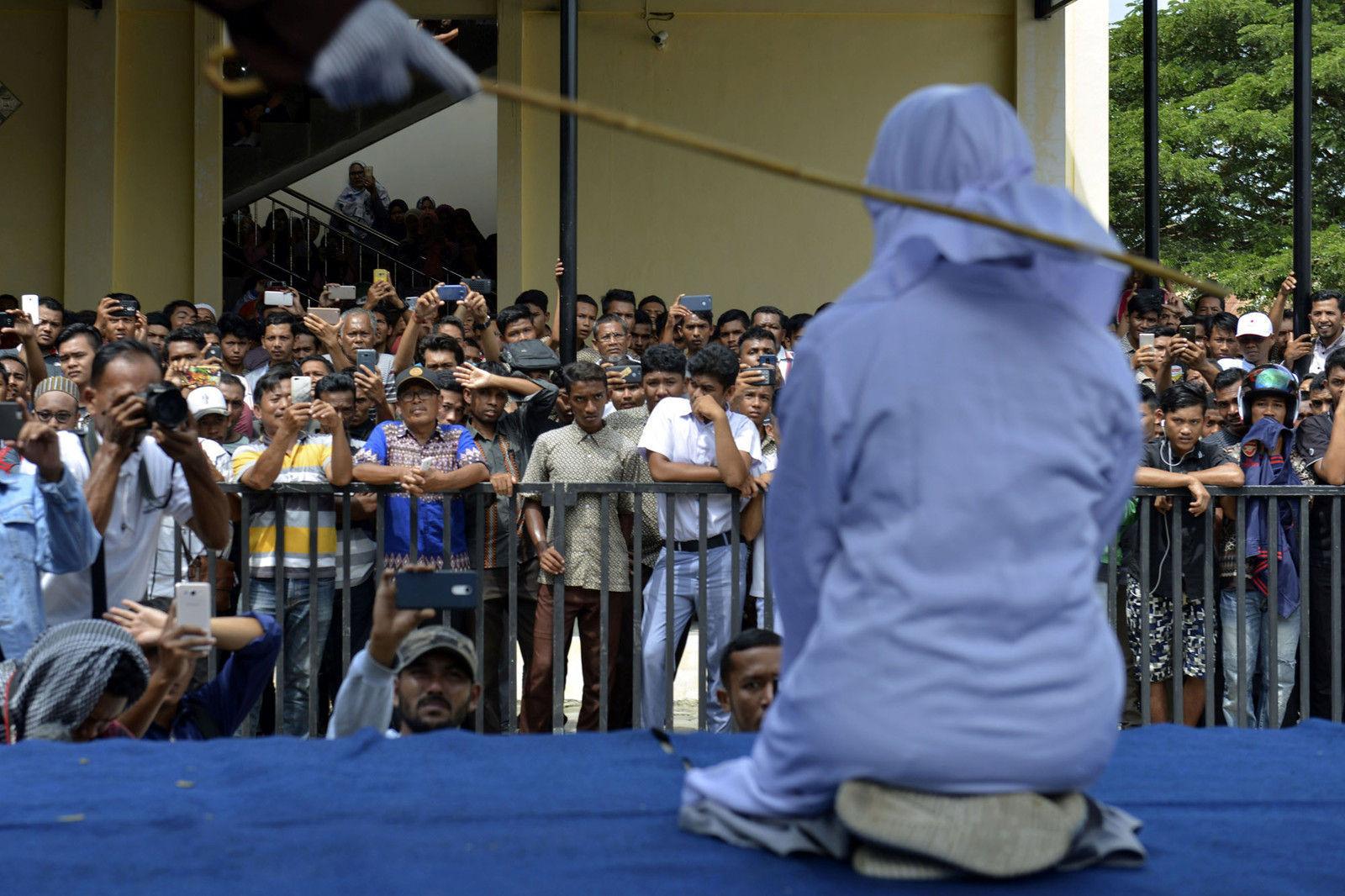 Индонезид олон нийтийн газар тэврэлдсэн залуу хосыг ташуурдаж шийтгэжээ
