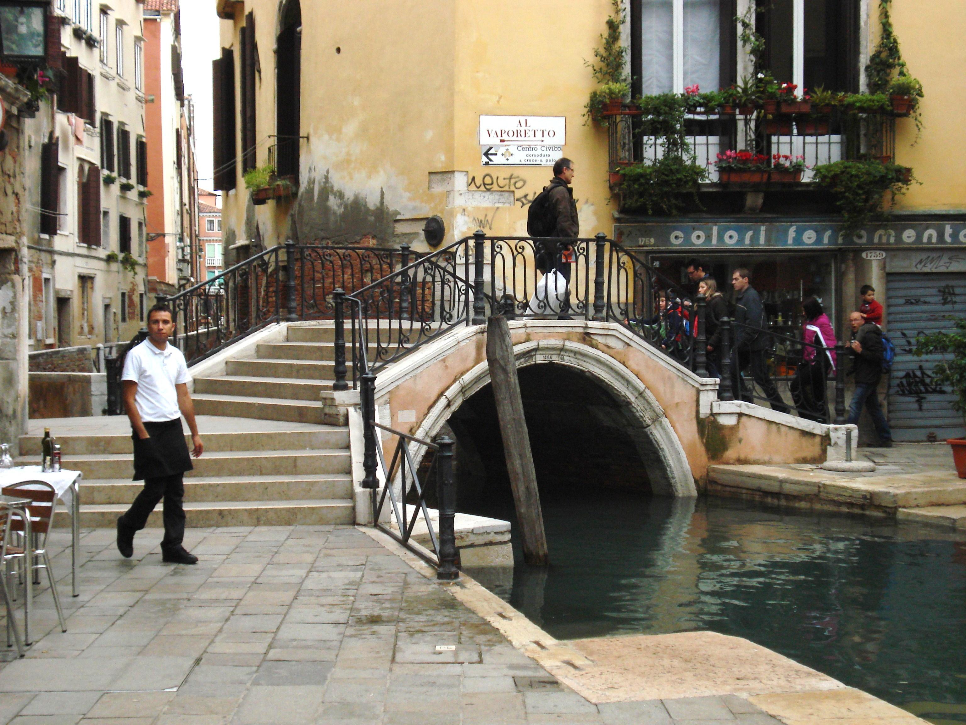 Венецэд гадаа тамхи татахыг хориглож магадгүй