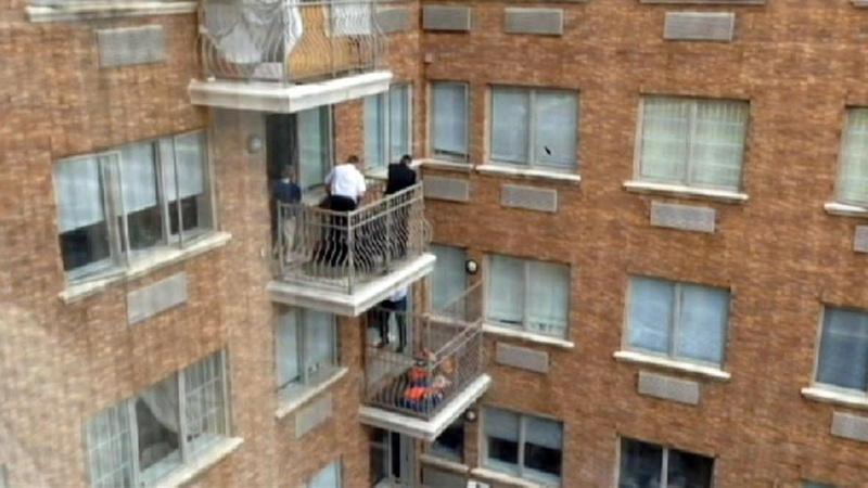 Бага насны хүүхэд цонхоор унах гэж байсныг эсэн мэнд аварчээ