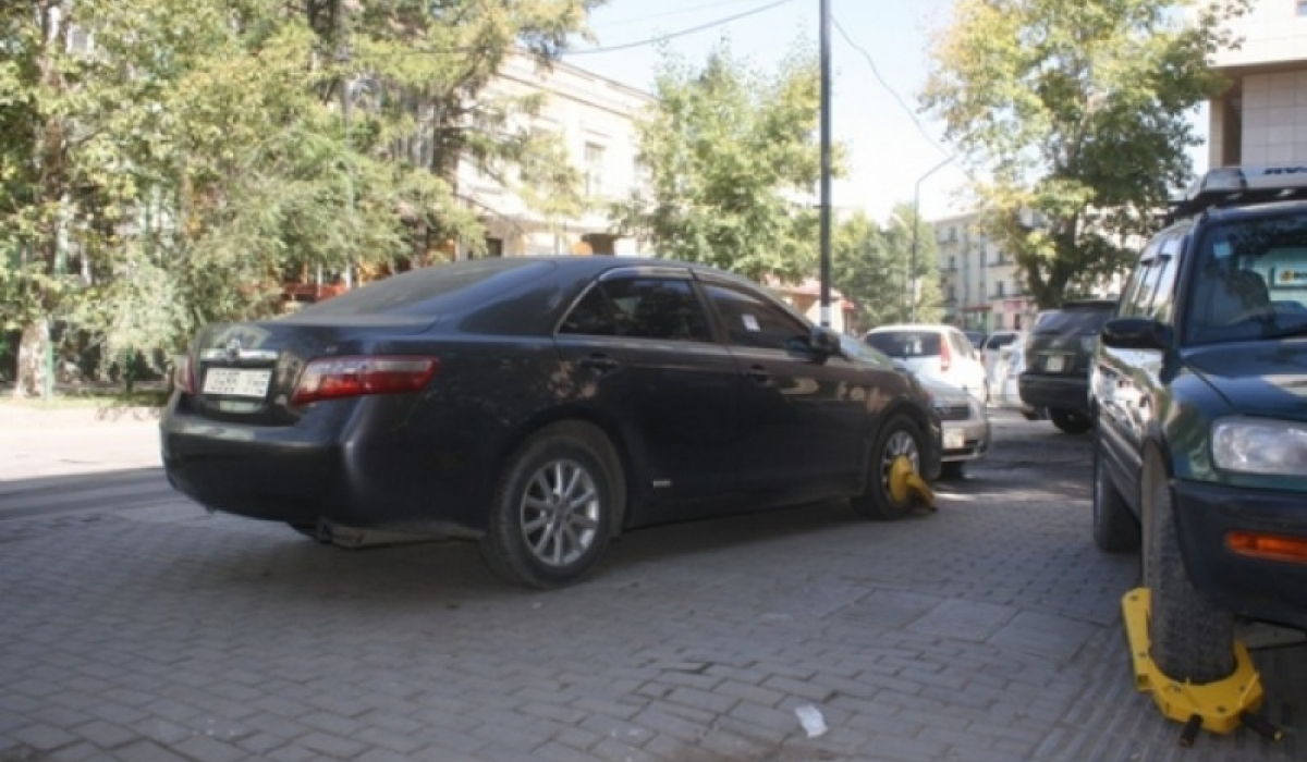 Татвараа төлөөгүй жолоочийн машины дугуйг түгжинэ